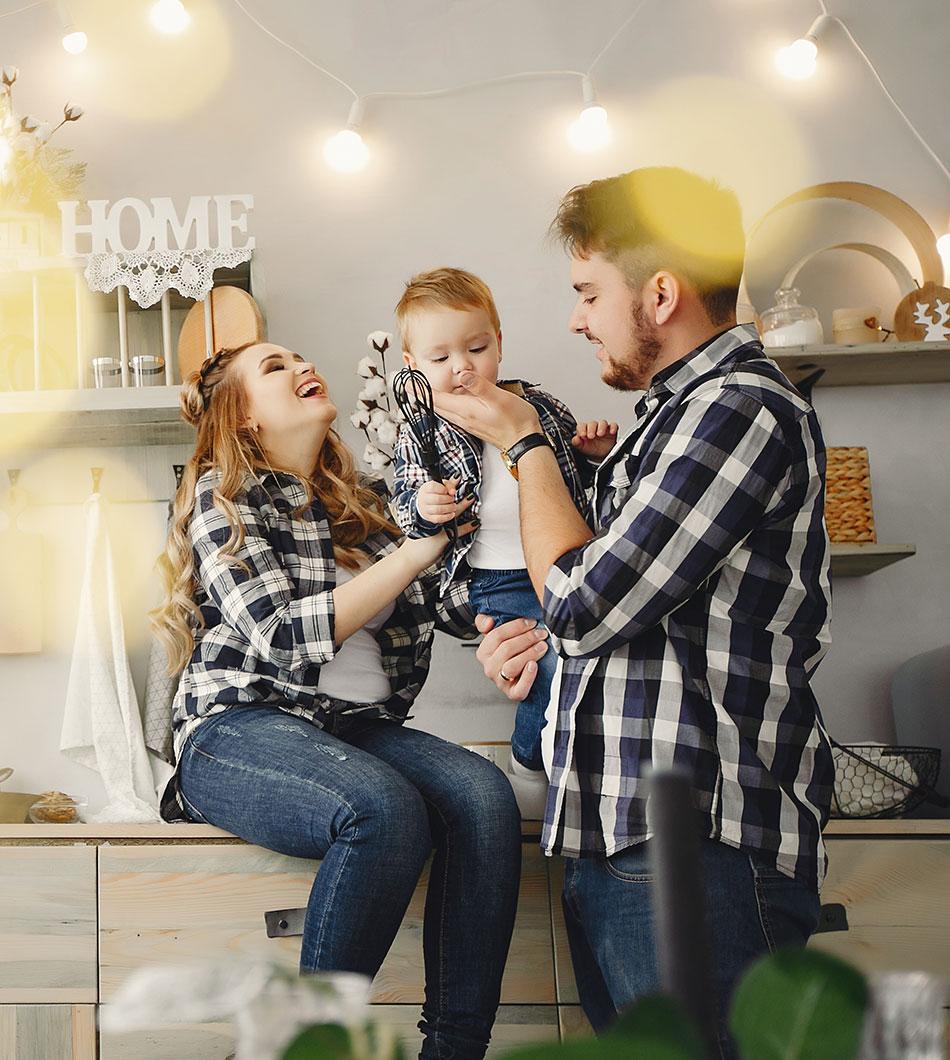 família feliz com energia solar
